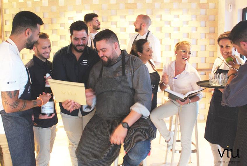 El equipo del restaurante al completo. Al lado de Juan Viu aparecen el maitre Juan de la Cruz y el sumiller Martin. Foto: Cedida por el establecimiento