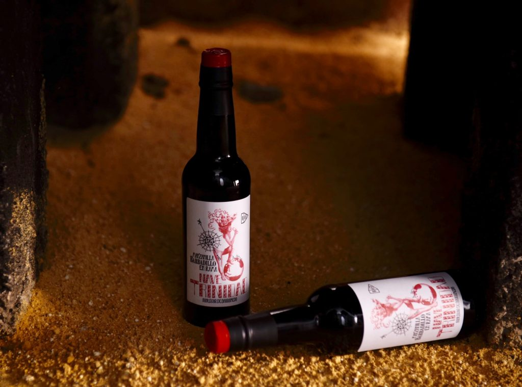 La manzanilla. Arriba, Armando Guerra muestra una botella. Fotos cedidas por la bodega.