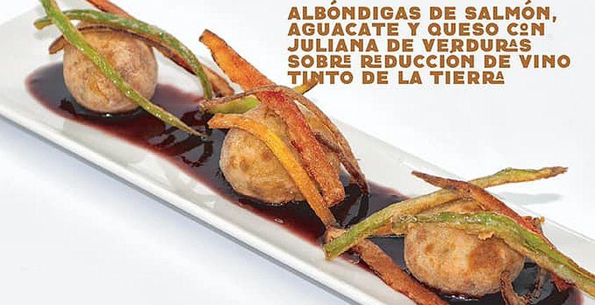 Albóndigas de salmón, aguacate y queso con juliana de verduras sobre reducción de vino tinto de la tierra de Casa Miguel de San Fernando