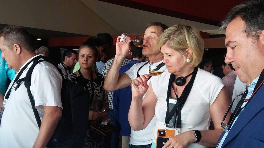 Probando vinos en la exhibición de bodegas paralela.
