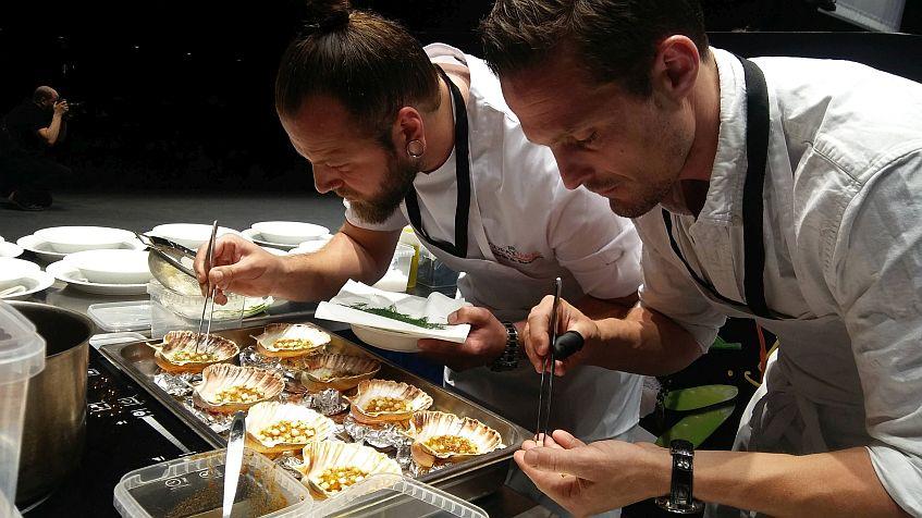 Los ganadores, elaborando su primer plato.