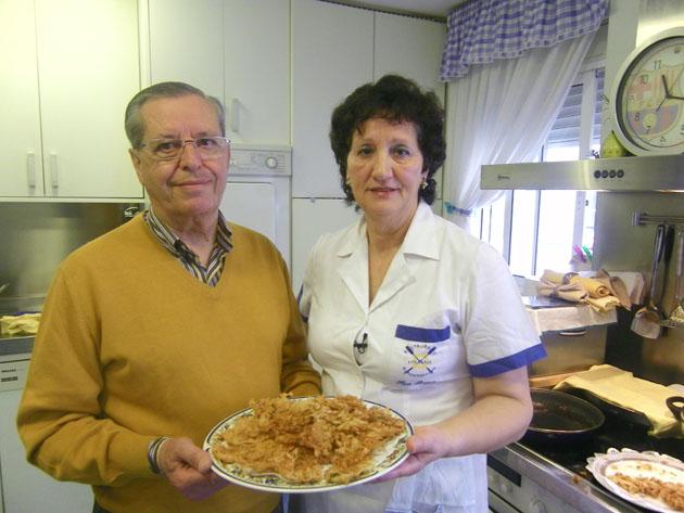 Alejandro Fernández y Nati Mateos, su esposa y cocinera de Los Remos. Aquí con otro de sus platos emblemáticos las tortillitas de algas y camarones. Foto: Cosas de Comé