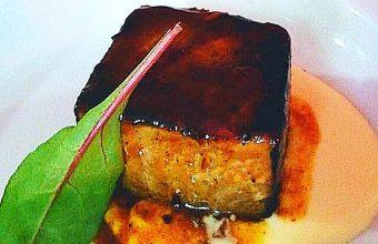 El atún lacado en jugo de rabo de toro de El Arbol Tapas de Chiclana. Foto: Cedida por el establecimiento