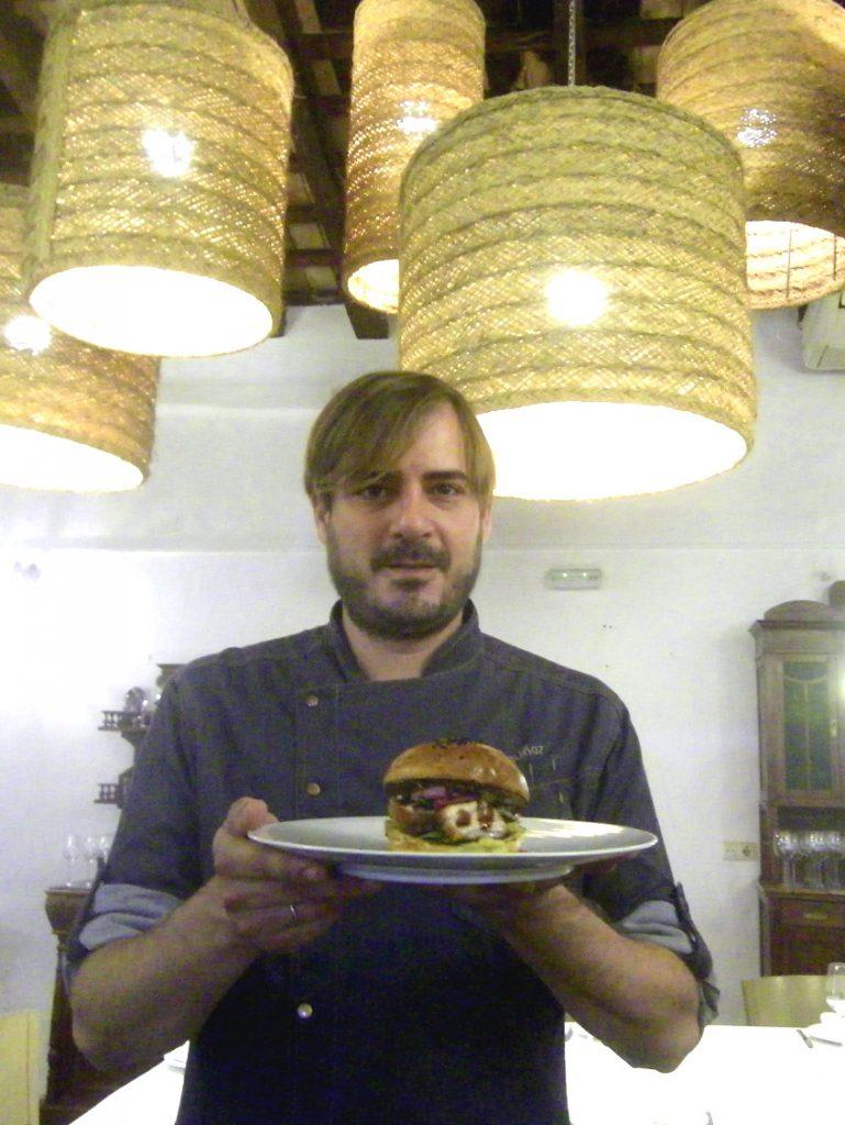 Javier Muñoz del restaurante La Carboná con su bocadillo de panceta ibérica de Montesierra con guacamole y cebolla encurtida. Foto: Cosasdecome
