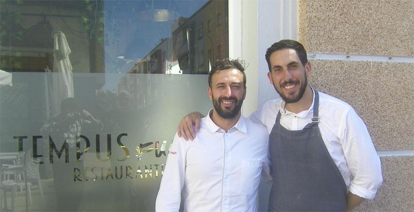El cocinero Jesús Palma junto a su maitre Emilio de la Calle. Ambos posan a las puertas de Tempus Fugit. Foto: Cosasdecome