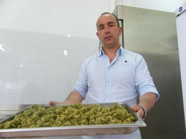 El mariscador y empresario Pedro Gabriel Camacho, de Algeciras, con una fuente de ortiguillas recien fritas y preparadas para congelar. Foto: Cosas de Comé.