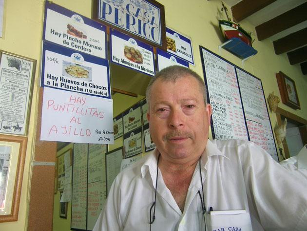 Pedro Hidalgo, de Casa Periico, un gran conocedor de los pescados y mariscos de Sanlúcar. Foto: Cosasdecome