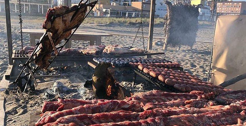 Un chiringuito con asado argentino los domingos