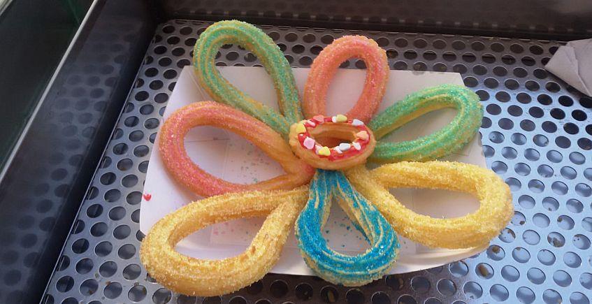 Flor de churros de colores. Imagen cedida por el establecimiento.