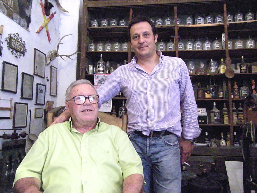 Laureano Rubín de Celis, conocido como Nani en San Fernando junto a Pepe Oneto en la bodega situada tras la ferretería, donde antiguamente estuvo el bar El Deán. Foto: Cosas de Comé.