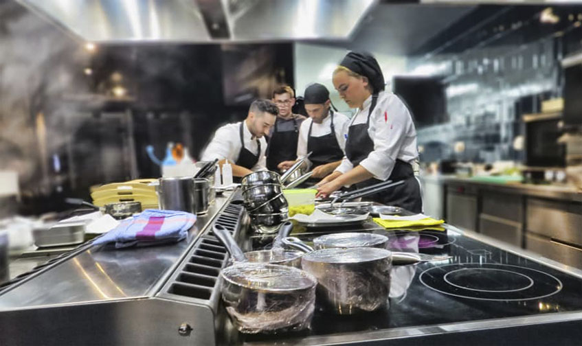 El equipo de Alvaro Rivera en las cocinas de Yoko. Foto: Cedida por el establecimiento