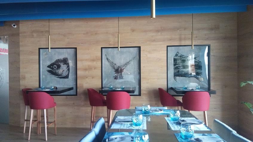 """En la pared cuelgan algunos cuadros conocidos como """"Gyotaku"""" una técnica japonesa en la que se pinta con tinta de calamar. Foto: Cosasdecome"""