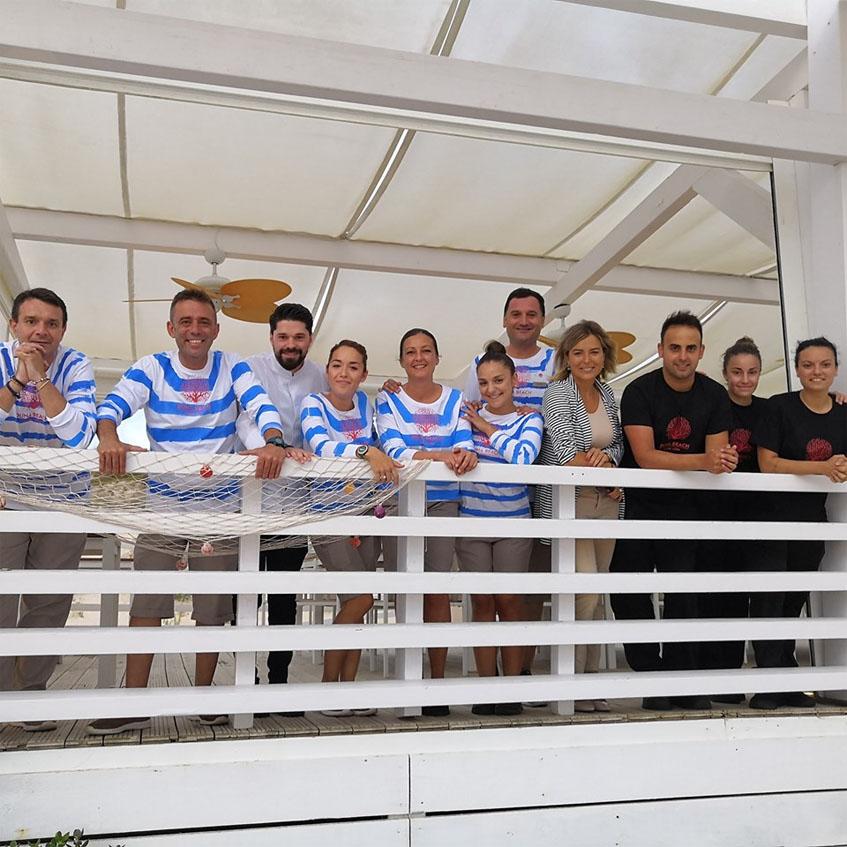 El equipo de Duna Beach. En la imagen se puede ver la ropa de los camareros, de inspiración marinera. Foto: Cedida por el establecimiento.