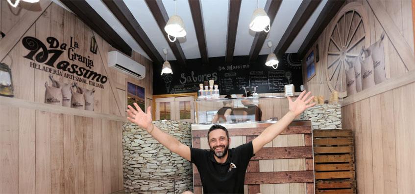 Massimo Pozzi en su nuevo establecimiento La Granja de Da Massimo en la plaza de La Herrería de El Puerto. Foto: Cosasdecome