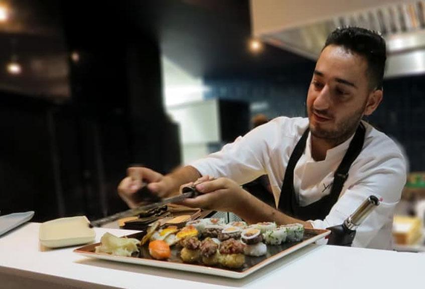Alvaro Rivera dando los últimos toques a una seleccion de suhi. Foto: Cedida por el establecimiento