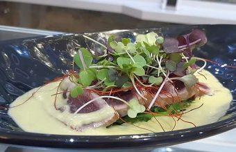 Tataki de atun con gazpacho de tomates verdes y alga wakame 847
