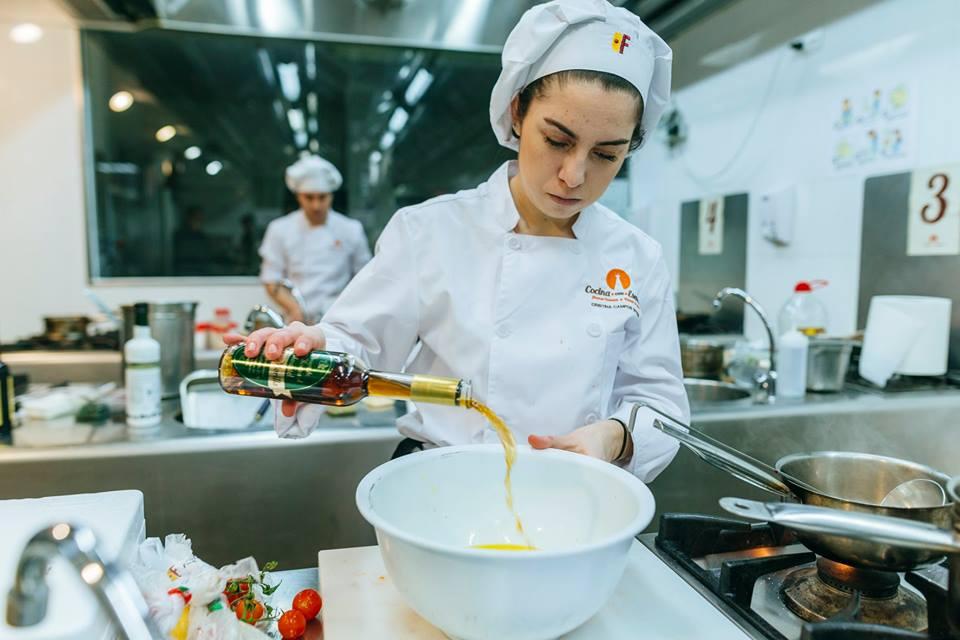 Una cocinera participante en un concurso de elaboración de recetas con vinagre de Jerez. Foto del Consejo Regulador.