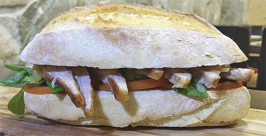 Bocadillo de secreto ibérico con emulsión de mostaza y queso payoyo