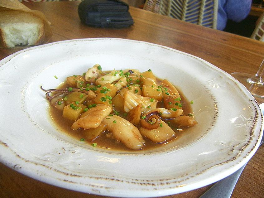 Los calamares encebollaos se presentan en un plato como antiguo. Foto: Cosasdecome