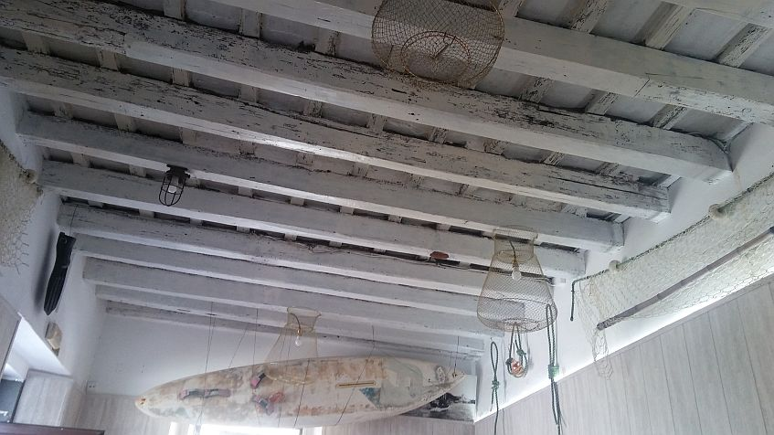 Los detalles marineros adornan el techo del local viñero.