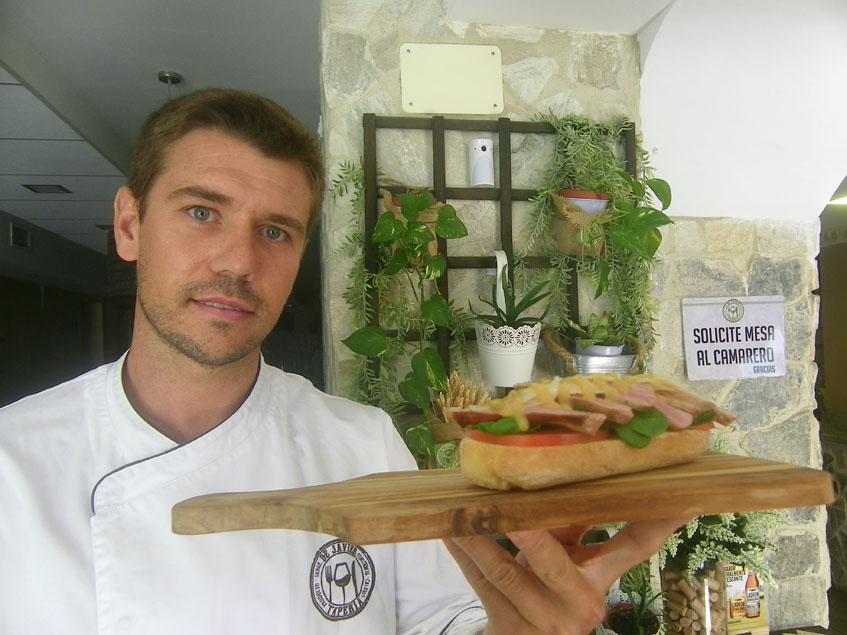 El cocinero Javier González propietario de la Tapería de Javier de San Fernando con su bocadillo soñado con secreto ibérico de Montesierra. Foto: Cosasdecome