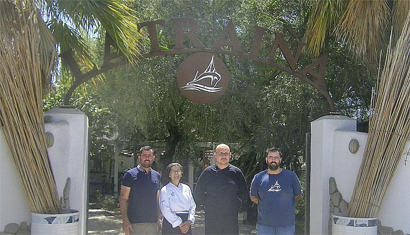 La familia Barrientos Montero a la entrada del restaurante. Foto: Cosasdecome