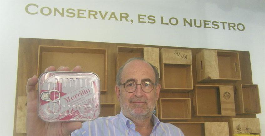 José Luis Muñiz, gerente de La Conservera de Tarifa, muestra una de las nuevas conservas.  Foto: Cosasdecome