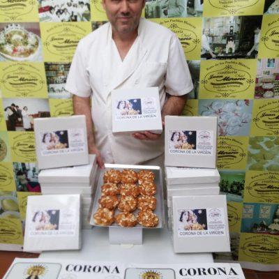 Santiago Moreno, con coronas individuales y cajas.