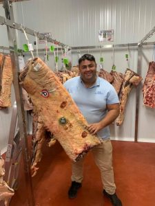 El propietario, eligiendo las carnes gallegas para el establecimiento. Fotos cedidas.