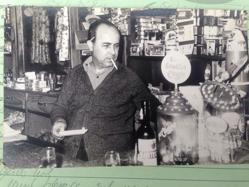 Diego Troya, el fundador del establecimiento en una foto tomada cuando era todavía un almacén de ultramarinos. Foto: Cedia por el bar Pepe Troya.