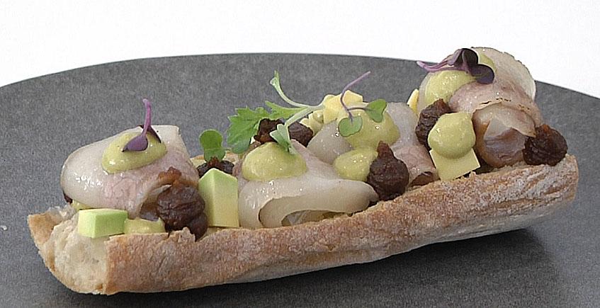 bocadillo de papada ibérica con cremoso de higos, mojo de pimiento verde y aguacate