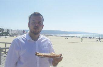 Mario Carrillo de la Churrería La Playa de Barbate con una ración de churros frente a la playa. Foto: Cosasdecome.