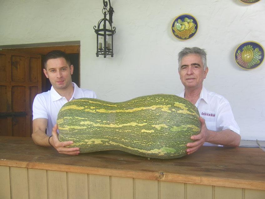 """Juan Román y su hijo, Juan Andrés con una calabaza también """"completa"""" posan en el patio del Cortijo de Las Grullas. Foto: Cosasdecome"""