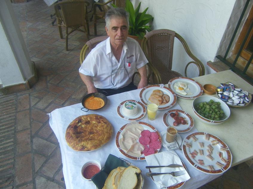 """Juan Román posa junto al impresionante desayuno """"completo"""" que sirven en Las Grullas. Foto: Cosasdecome"""
