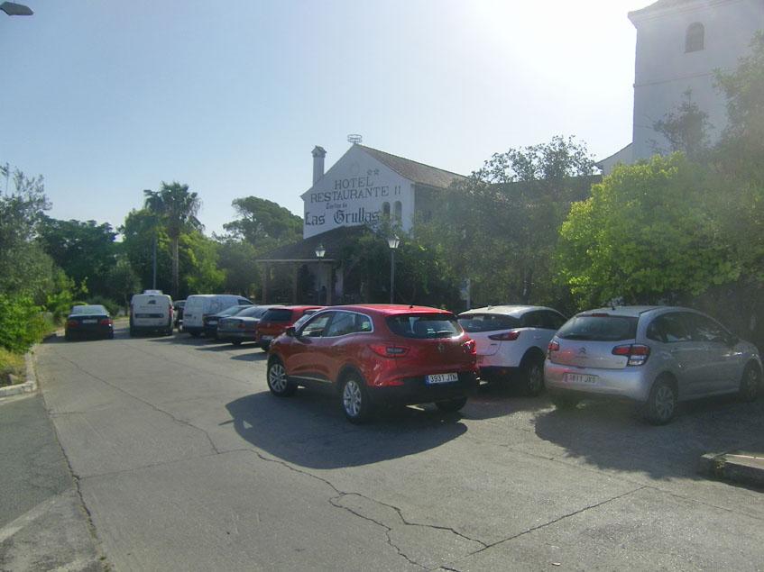 """El aparcamiento de Las Grullas repleto de coches un sábado con devotos del desayuno """"completo"""". Foto: Cosasdecome"""