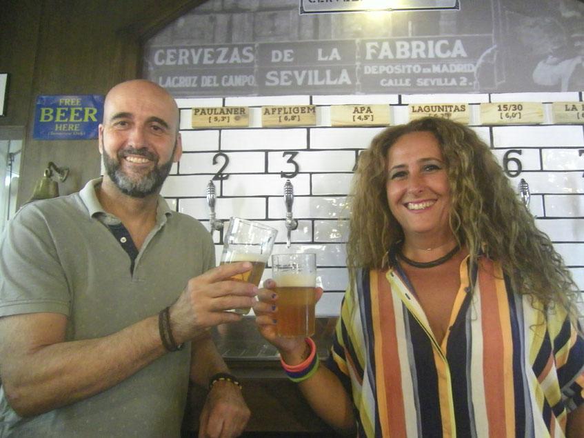 Jaime Jiménez y Luz Saldaña delante de los grifos de cerveza situados tras la barra. Foto: Cosasdecome