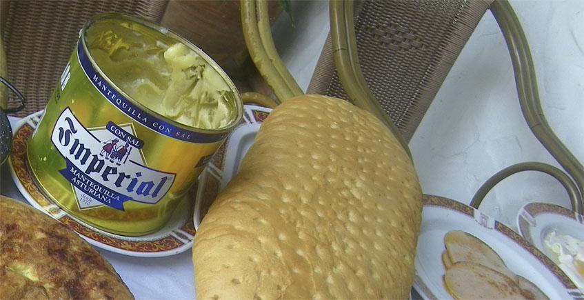 """La imponente lata de mantequilla Imperial de dos kilos. A su lado pan """"a juego"""". Foto: Cosasdecome"""