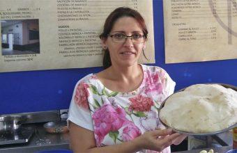 Mari Carmen Orihuela con uno de los molletes gigantes que emplean para hacer las mollepizzas. Foto: Cosasdecome