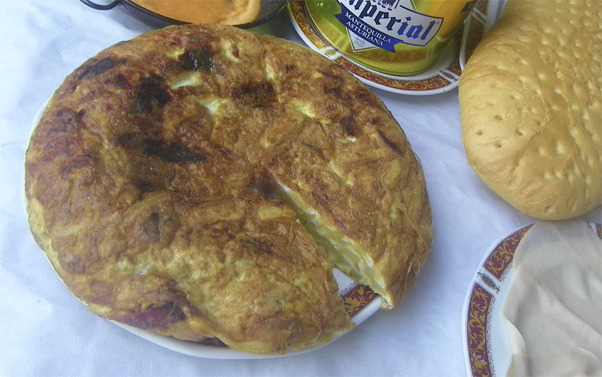 """Primer plano de la tortilla, ya puede verse que ha sido """"descuñada""""...en primera instancia. Foto: Cosasdecome"""