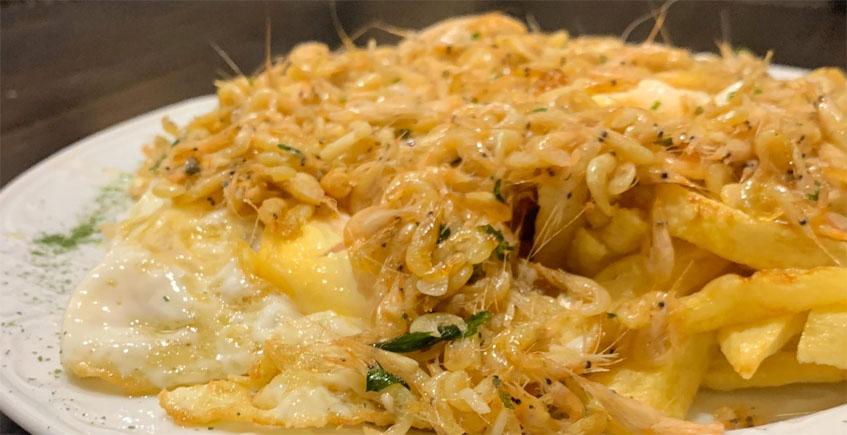 Huevos con papas...y camarones de estero al ajillo