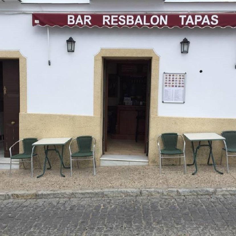 Una anécdota en la calle en pendiente en la que que se ubica dio nombre al bar Resbalón. Foto cedida por el establecimiento
