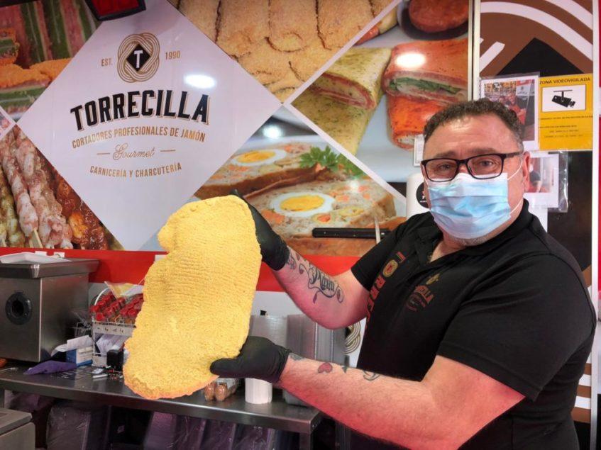 José Torrecilla muestra el tamaño de uno de sus cachopos. Foto: CosasDeComé