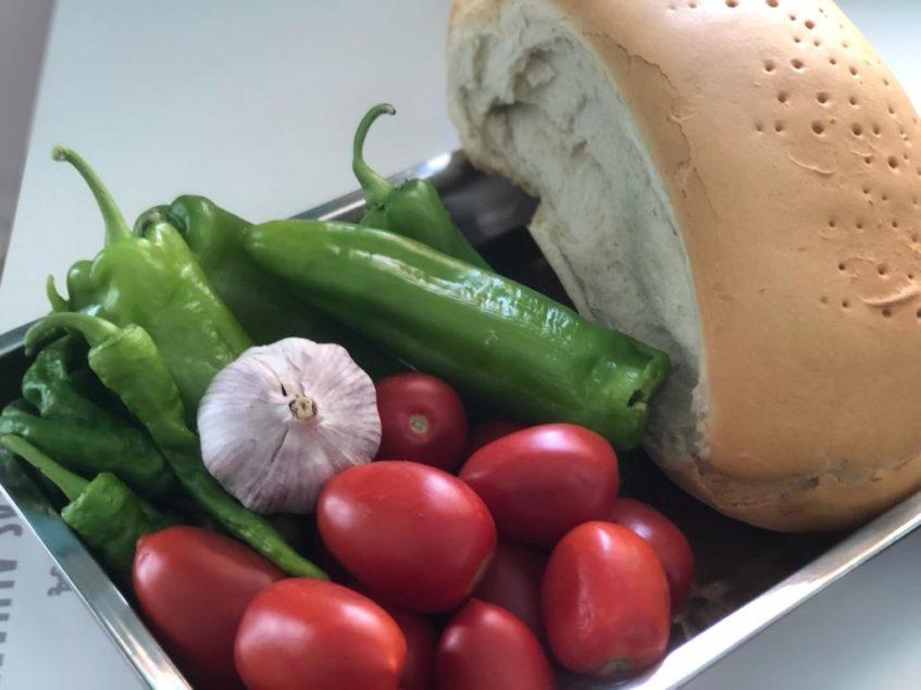 Tomate maduro, pimiento verde, ajo y pan de telera duro, ingredientes básicos del arranque de Rota. Foto; CosasDeComé
