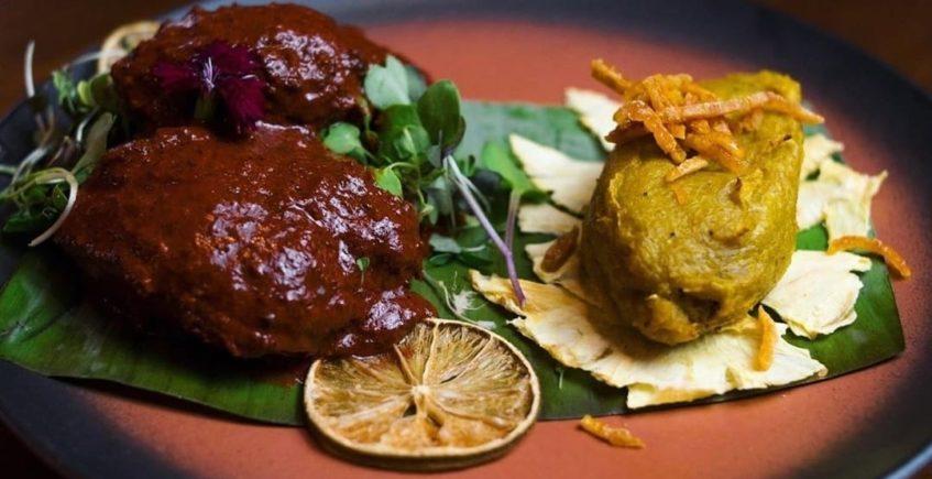 Cochinita pibill con una salsa de piri-piri acompañado de un plátano macho frito de Xuúmil de Jerez