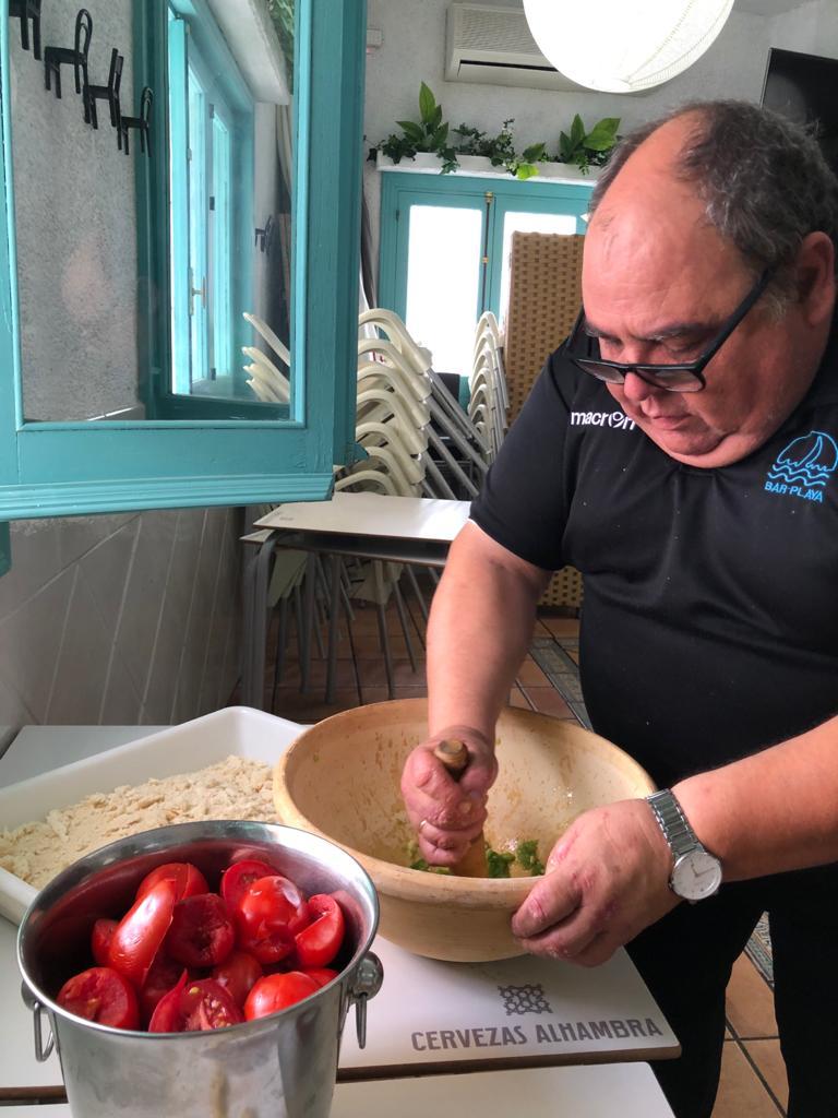 Joaquín Maqueda prepara este plato típico roteño como lo hacían tradicionalmente los mayetos en el campo: con lebrillo y maza. Foto: CosasDeComé