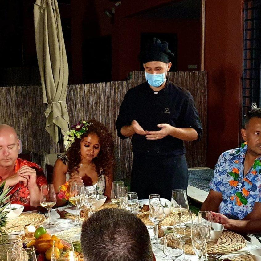 El chef David Mateo explica la composición del menú durante una cena elaborada en casa. Foto cedida por Kocinarte Jerez