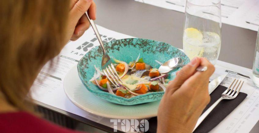 Ceviche de caballas semicuradas con leche de tigre y naranja, boniato, cebolla morada y cilantro de Toro Tapas