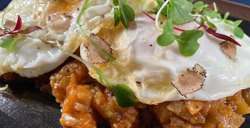 Berenjenas con tomate trufado y huevo en La Duquesa