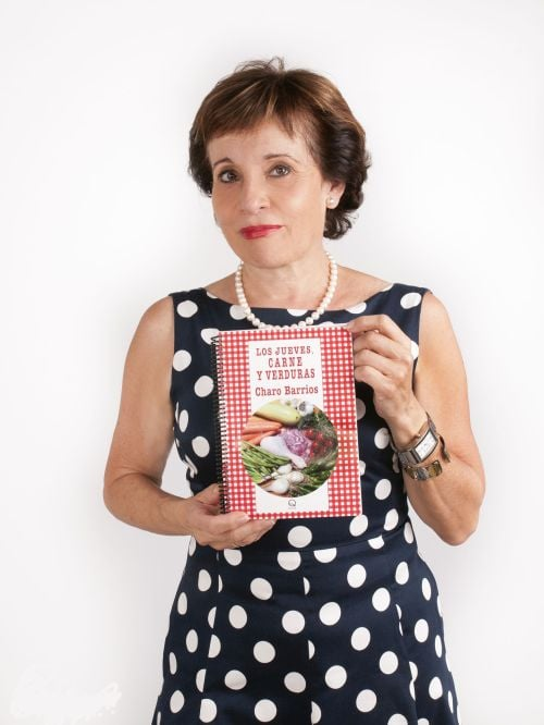 La autora con un ejemplar de su libro. Foto cedida por Charo Barrios