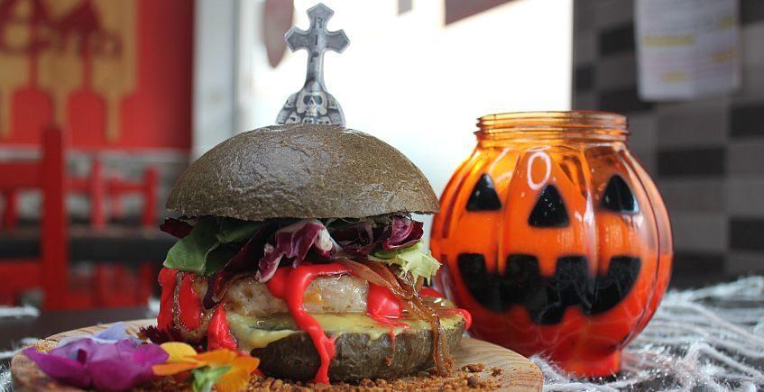 La Hamburguesa Thriller de Nonetto y el cóctel de Las Cositas Buenas de Galea, ganadores de la Ruta de Halloween isleña